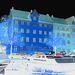 Bateau- auto- lampadaire et belles fenêtres /  Kobenhavn blue vehicule with windows & street lamp zone.   Copenhague / Copenhagen.  26-10-2008 - Négatif aux couleurs ravivées