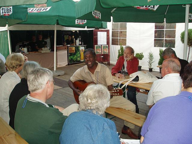 Bjalistoko 2009 - Mi amiko Julian el Kubo ludas gitaron kaj kantas bele