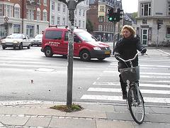 Jolie cycliste d'âge mur en bottes à talons plats / Art & frame mature biker in flat boots