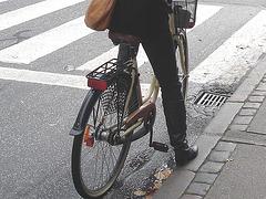 Jolie cycliste d'âge mur en bottes à talons plats / Art & frame mature biker in flat boots.   Copenhague -  20-10-2008