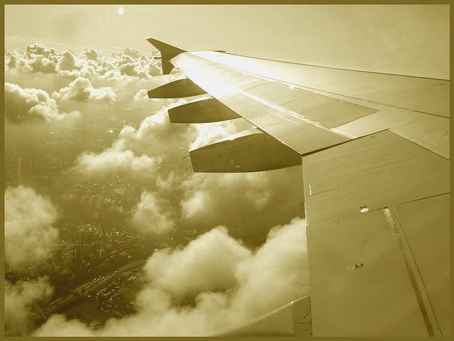 Aile et nuages - Vol Air Transat Bruxelles-Montréal- 29 octobre 2008 - Sepia