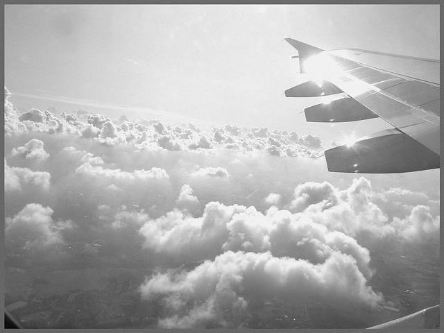 Aile et nuages - Vol Air Transat Bruxelles-Montréal- 29 octobre 2008  - N & B