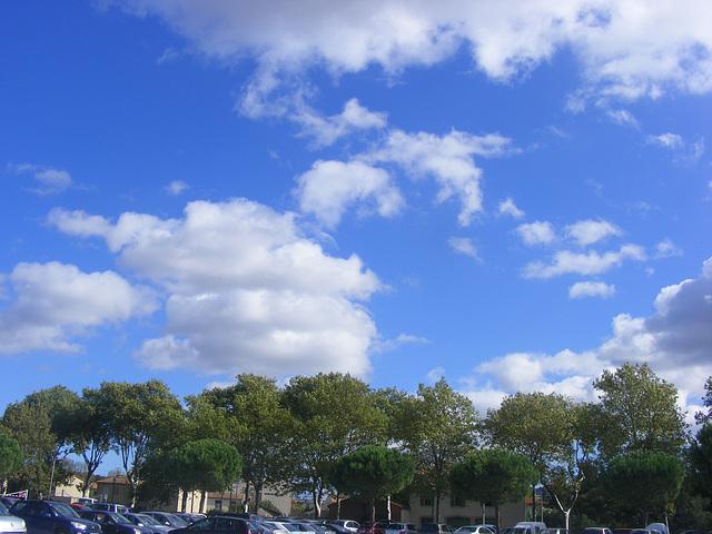 ciel bleu !!quelques petits nuages en fin d'après midi