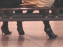 Quatuor sexy en bottes à talons aiguilles - Talons aiguilles sous le banc