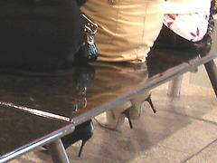 Quatuor sexy en bottes à talons aiguilles - Aéroport de Montréa - Talons aiguilles sous le banc
