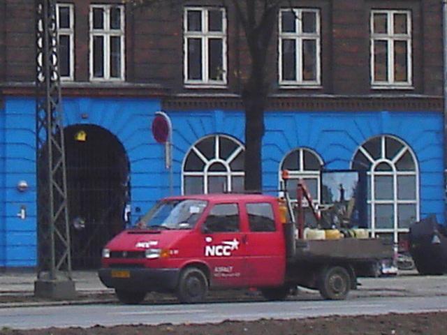 Le camion rouge NNC et la façade bleue /  NNC red truck & blue façade.  Copenhague.  20-10-2008 -  Recadrage flou adouci