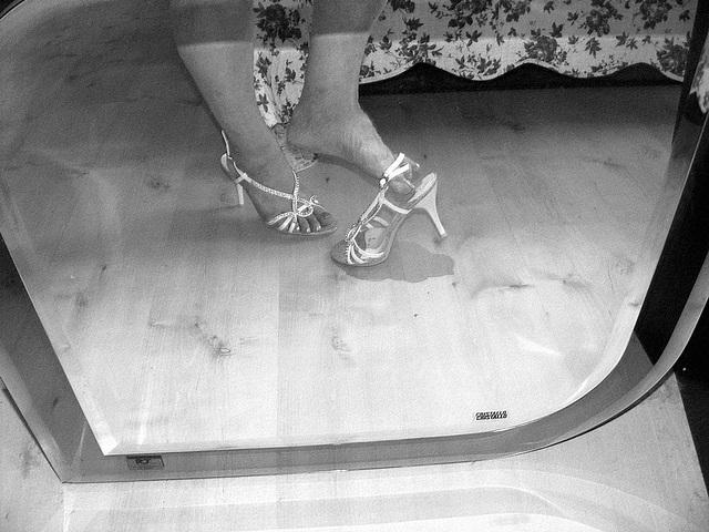 Mon amie Krisontème avec permission /  My friend Krisontème with permission  /  Miroir et talons hauts -  Mirror unusual dangle - N & B