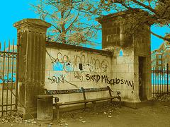 Agressive bench /  Banc menaçant - Sepia au ciel bleu.