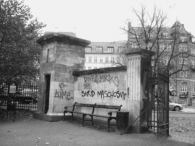 Agressive bench /  Banc menaçant - Copenhagen  / 20 octobre 2008. -  N & B