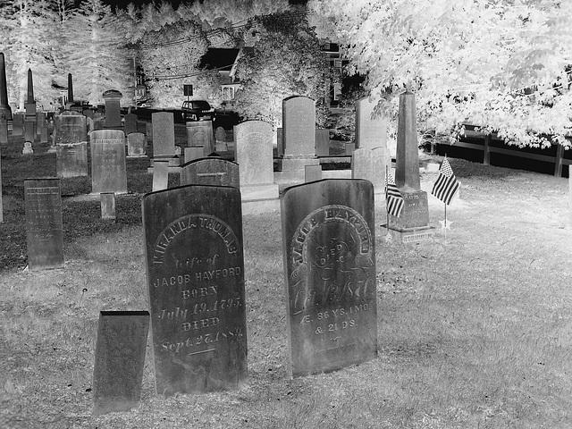 Cimetière de Johnson  /  Johnson's cemetery -   Vermont .  USA /  États-Unis.  23 mai 2009 -  N & B en négatif