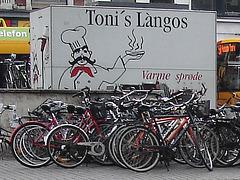 Toni et ses vélos / Toni's làngos and bikes.  Copenhague.  20 octobre 2008