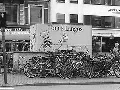 Toni et ses vélos / Toni's làngos and bikes.  Copenhague.  20 octobre 2008  -  N & B