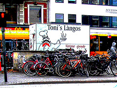Toni et ses vélos / Toni's làngos and bikes.  Copenhague.  20 octobre 2008 -  Postérisation