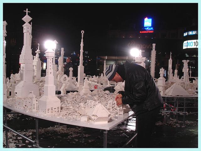 Asiatique du bel âge travaillant son village miniature immaculé /  Copenhague  -  19 0ctobre 2008