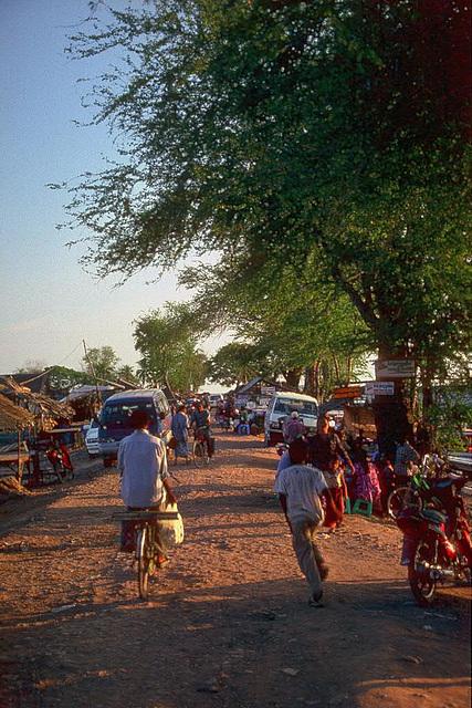 The causeway to the Tonlé Sap