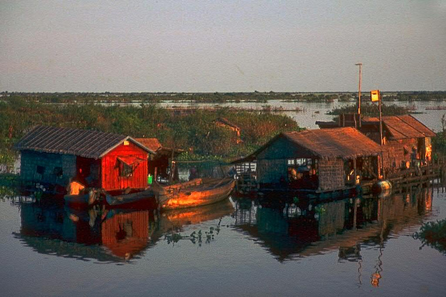 Housing on the water surface of the Tonlé Sap