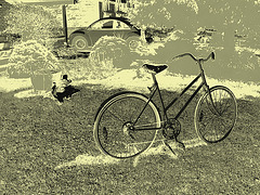 Vélo de fantôme avec marmite et VW /   VW with big pot and ghost bike -  Dans ma ville  /  Hometown.  17 juillet 2009  - Effet de négatif + changement de couleurs et vintage / Photo ancienne