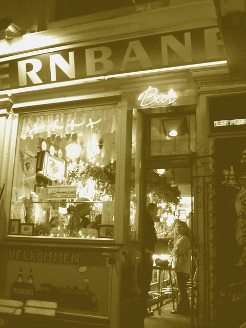 Jerbanbcafeen nearby the train station - Copenhagen.  19 octobre 2008 -  Sepia