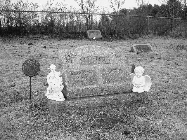 Cimetière Mountain view près du lac Saranac  /  Mountain view cemetery. Saranac lake area.  NY. USA . March 29th 2009 - B & W