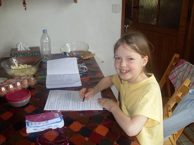 Emma laboras en la kuirejo