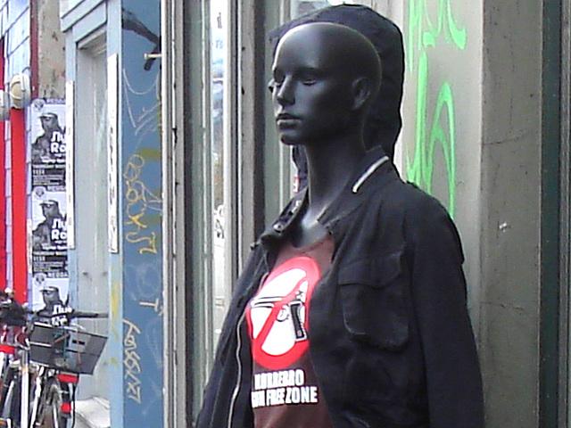 Mannequins de Dames noires chauves en zone libre /  Free zone bald head black Ladies dummies -  Copenhague / Copenhagen.   Octobre 2008