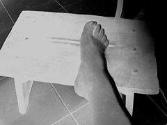 Pied sur banc  / Foot on the bench -   Le beau Pied sexy de mon Amie Christiane avec permission / with permission - Négatif