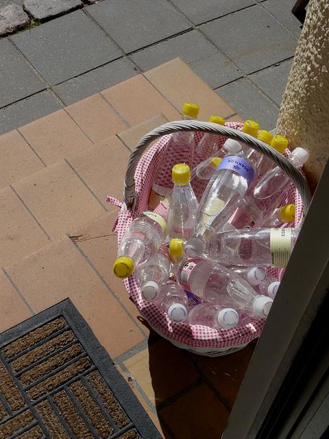 Flaschenpost mit Wasser innen
