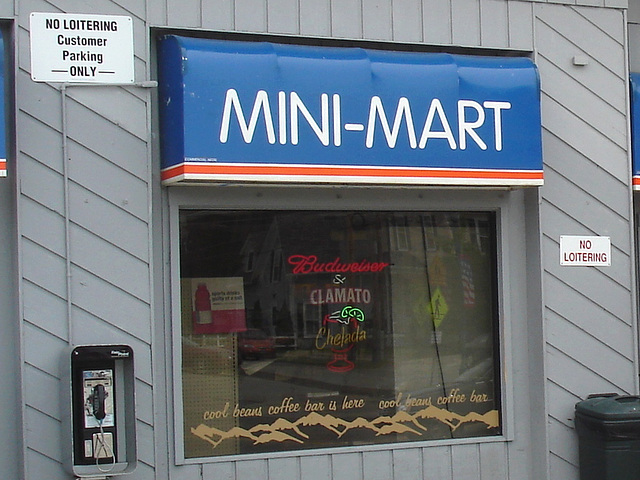 Scène de Mini-Mart /  Mini-Mart entrance.  Newport, Vermont   USA / États-Unis.  23 mai 2009