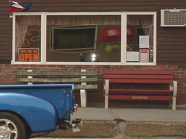 Bancs et derrière de camion bleu /  Benches and blue rear truck.   Brighton.  USA.   23 -05-2009-  Yes we're open.