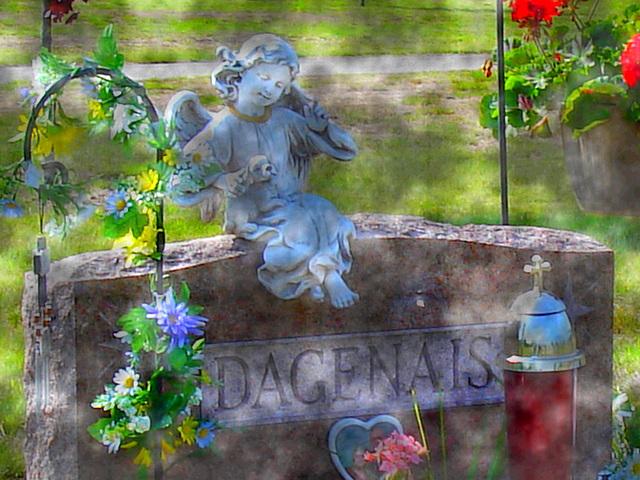 Cimetière St-Charles / St-Charles cemetery -  Dover , New Hampshire ( NH) . USA.   24 mai 2009 - Dagenais. Brume et postérisation