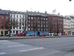 Le camion rouge NNC et la façade bleue / NNC red truck & blue façade