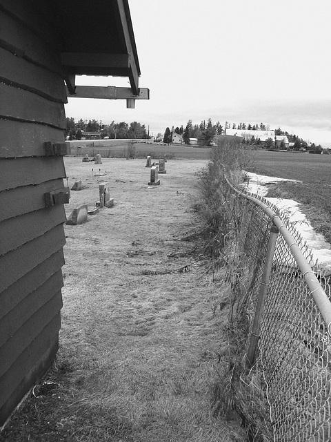Cimetière Mountain view près du lac Saranac  /  Mountain view cemetery. Saranac lake area.  NY. USA . March 29th 2009-  B & W
