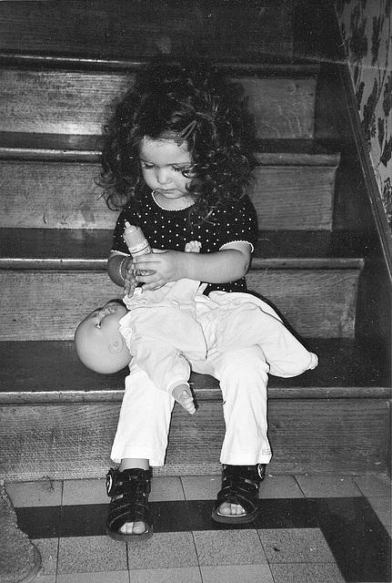 Léna joue à la poupée