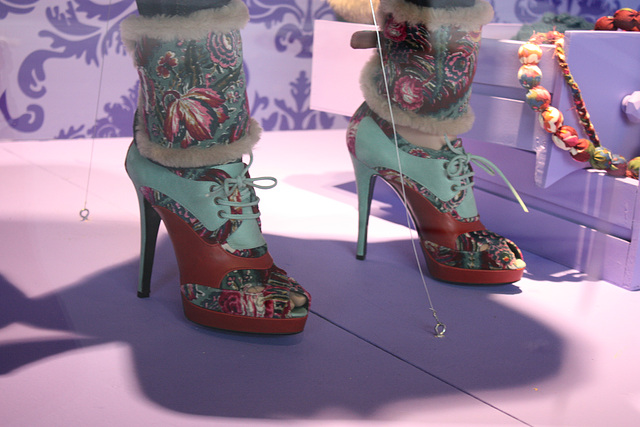 Vitrine podoérotique / Podoerotic shoes window store - White & red Oxford shoes