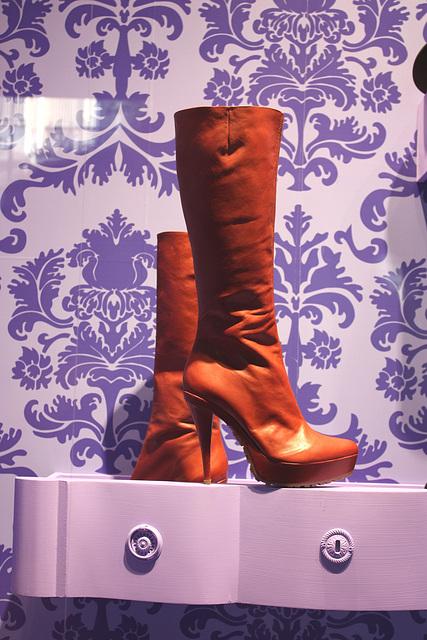 Vitrine podoérotique / Podoerotic shoes window store - PARIS  21 août 2009  -  Cadeau de mon Amie Simona avec permission. - Bottes à talons aiguilles..  Photo originale