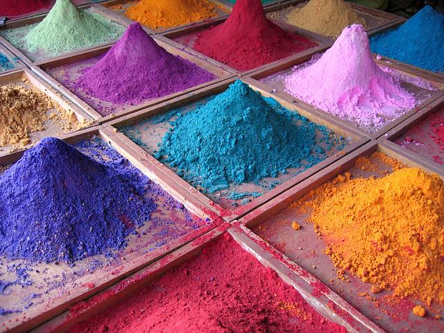 Des pigments en vente sur un marché de Goa, Inde.