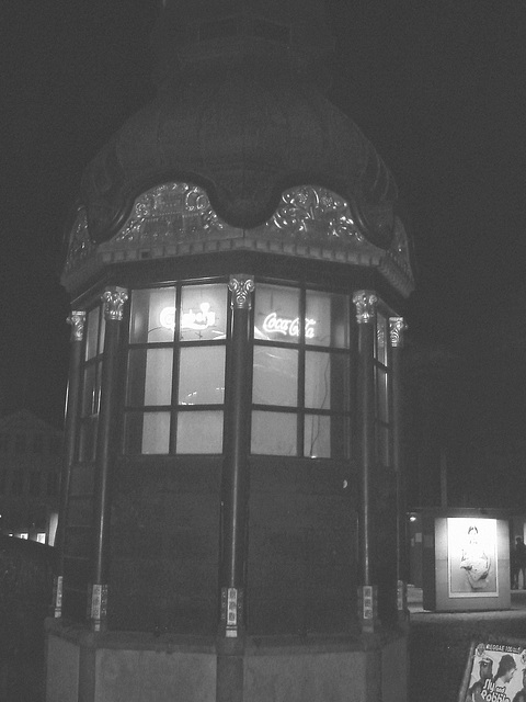 Fenêtres éclairées à la Coca-cola / Coca-cola windows lighting.   Copenhague / Copenhagen.  26-10-2008 -   N & B -  B & W