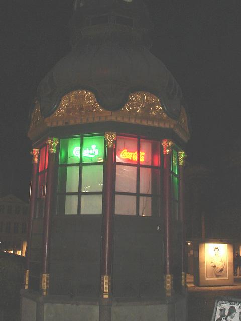 Fenêtres éclairées à la Coca-cola / Coca-cola windows lighting.   Copenhague / Copenhagen.  26-10-2008