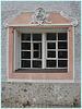 altes Fenster mit Roccaille Stuckverzierung
