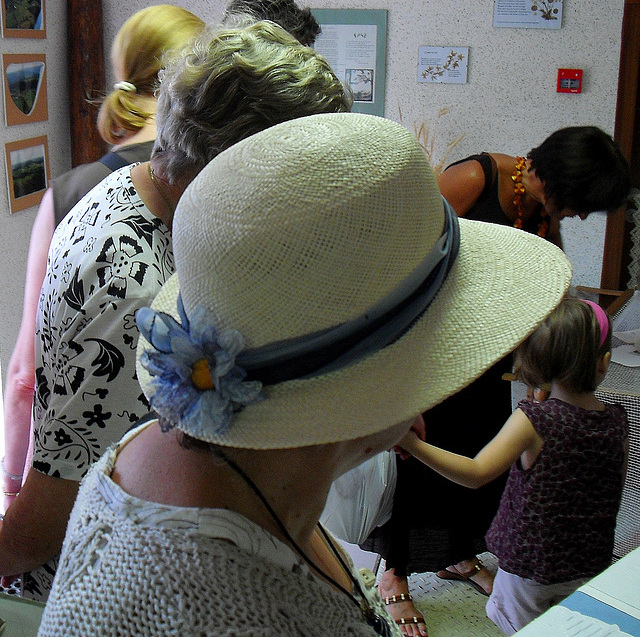 chapeau de paille avec ruban et fleurs bleus