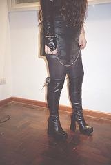 Maîtresse  Roxy / Bottes luisantes et mini-jupe