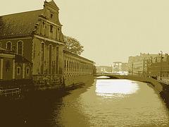 Église édifiante sur la rivière /  Towering church by the river way.   Copenhague 26-10-2008  -  Postérisation sépiatisée