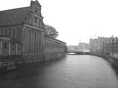 Église édifiante sur la rivière /  Towering church by the river way.   Copenhague 26-10-2008 -  N & B