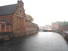 Église édifiante sur la rivière /  Towering church by the river way.   Copenhague 26-10-2008