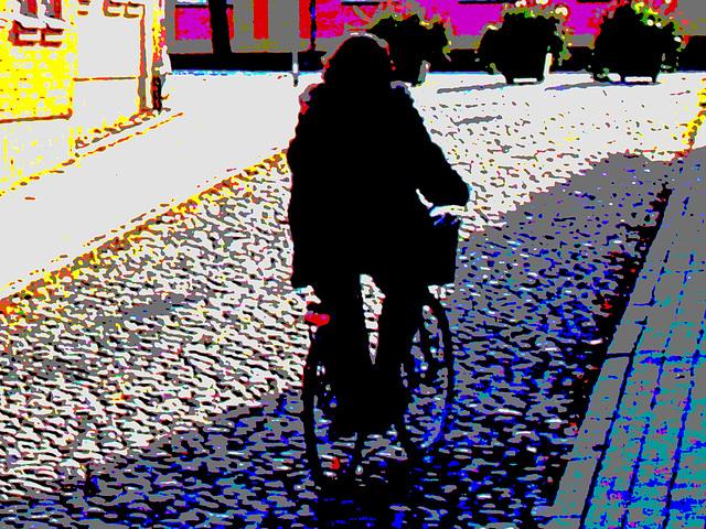 Cycliste sur pavé de cailloux /  Biker on narrow cobblestone street -  Ängelholm, Suède / Sweden.  23 octobre 2008 - Postérisée avec couleurs ravivées