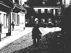 Cycliste sur pavé de cailloux /  Biker on narrow cobblestone street -  Ängelholm, Suède / Sweden.  23 octobre 2008-  Négatif bichromie en noir et blanc