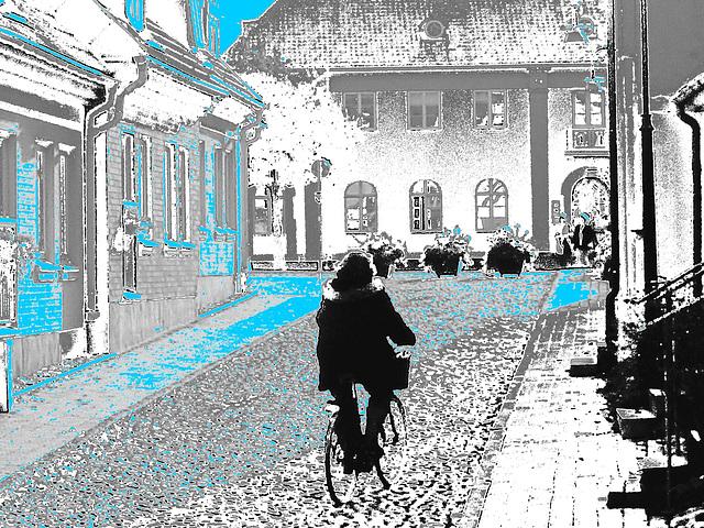 Cycliste sur pavé de cailloux /  Biker on narrow cobblestone street -  Ängelholm, Suède / Sweden.  23 octobre 2008 -  La cycliste en noir.  N & B altéré