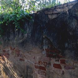 A-dos-Ruivos, laments wall