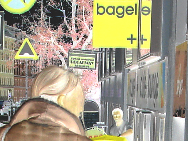 Bagels et bottes à talons hauts au menu / Bagels & booted Danish duo -  Copenhague / Copenhagen.  20 octobre 2008-  Postérisation & inversion RVB