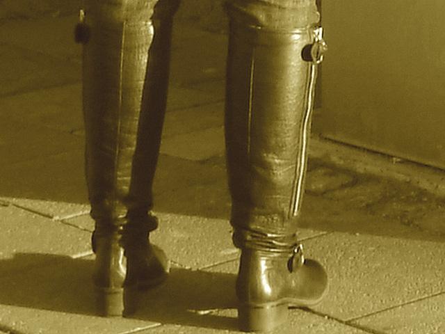 La Blonde aux billets de trains en jeans serrées et bottes sexy à talons trapus /  Biljetter blond in chunky heeled sexy boots & jeans - Sepia